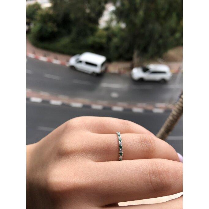 טבעת חצי נישואין יהלומים ואבני חן אמרלד