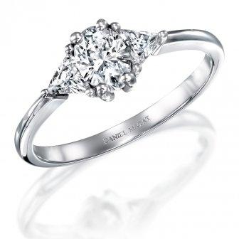 טבעת אירוסין יהלומים אוול ושני משולשים